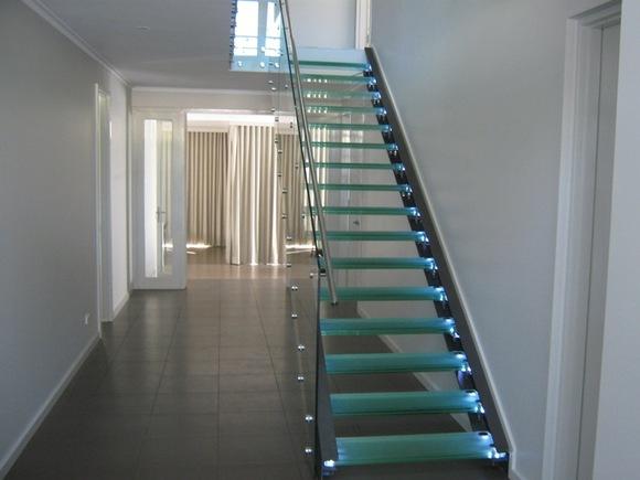 LED_aydinlatmali_cam_merdiven_1